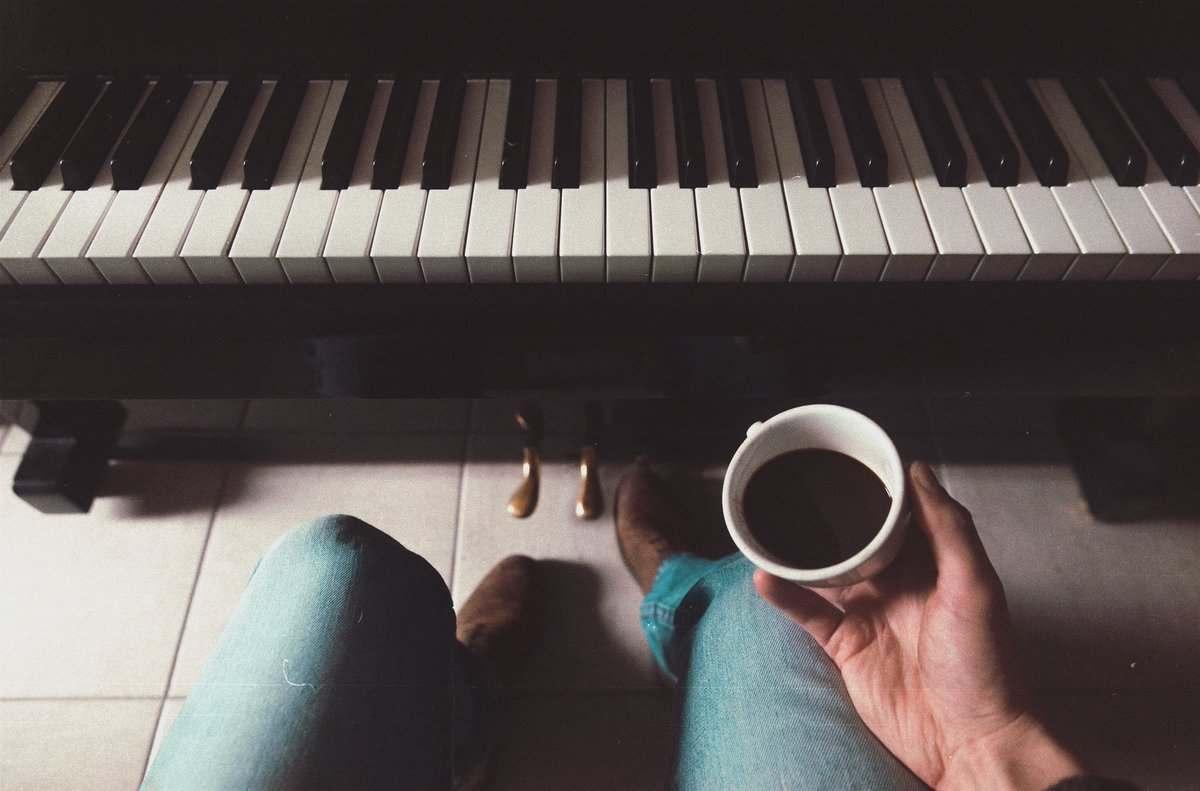 quan cafe co piano cho khach choi 6