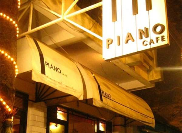 quan-cafe-co-piano-cho-khach-choi