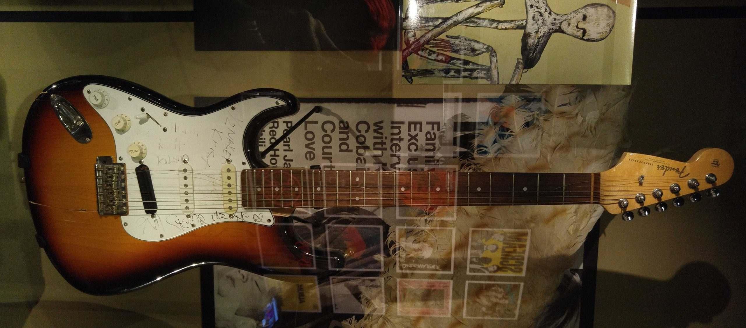 top-10-guitar-dien-danh-cho-nguoi-moi-choi-kurt-cobain-fender-stratocaster