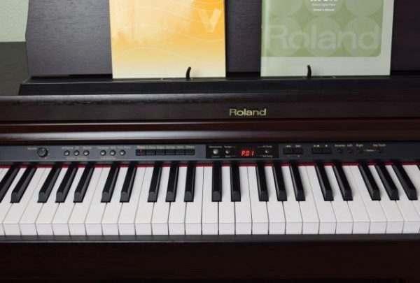 piano Roland HP203