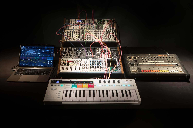 dan-synthesizer-la-gi-arturia-keystep-pro-keyboard-controller