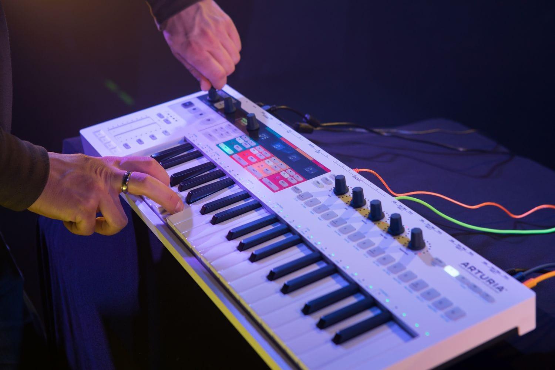 dan-synthesizer-la-gi-arturia-keystep-pro-midi-controller