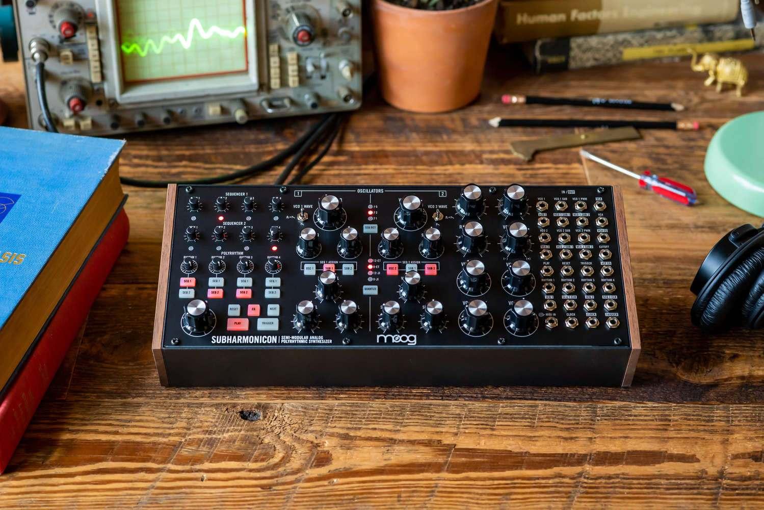 dan-synthesizer-la-gi-moog-harmonicon