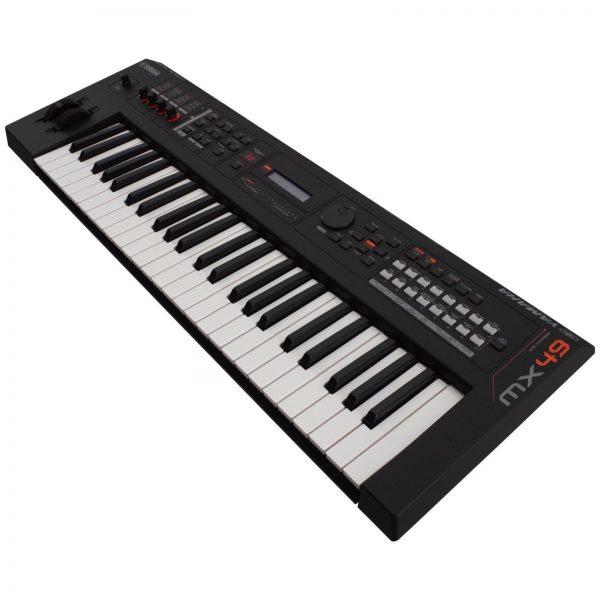Dan-Yamaha-MX49-BK-piano-fingers-2