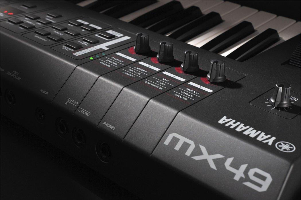 Dan-Yamaha-MX49-BK-piano-fingers-6