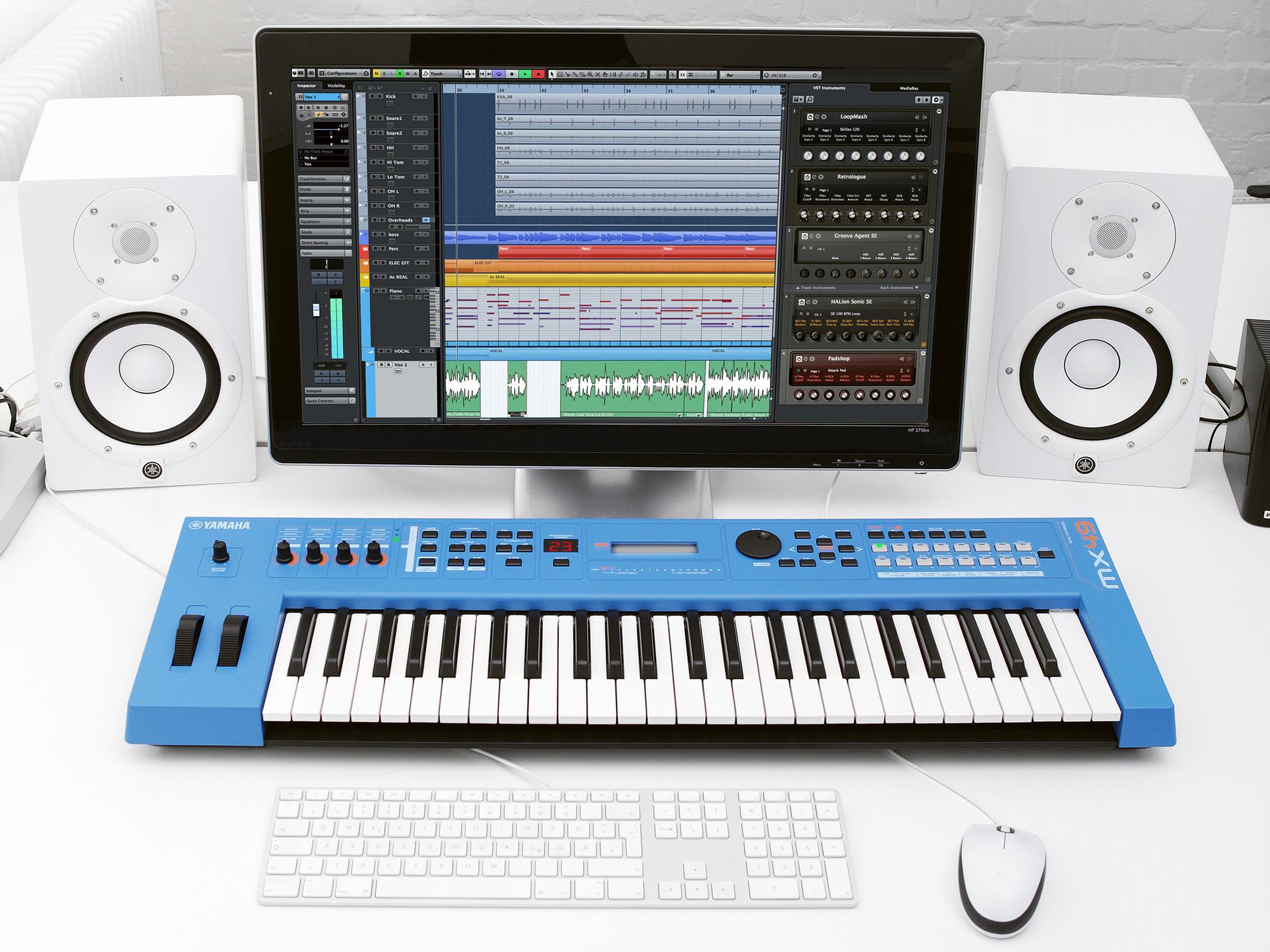 Dan-Yamaha-MX49-BU-piano-fingers-4