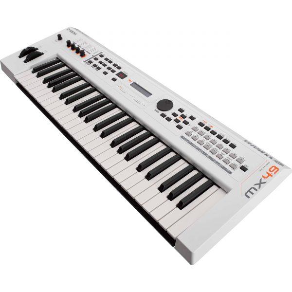 Dan Yamaha MX49 WH piano fingers 3