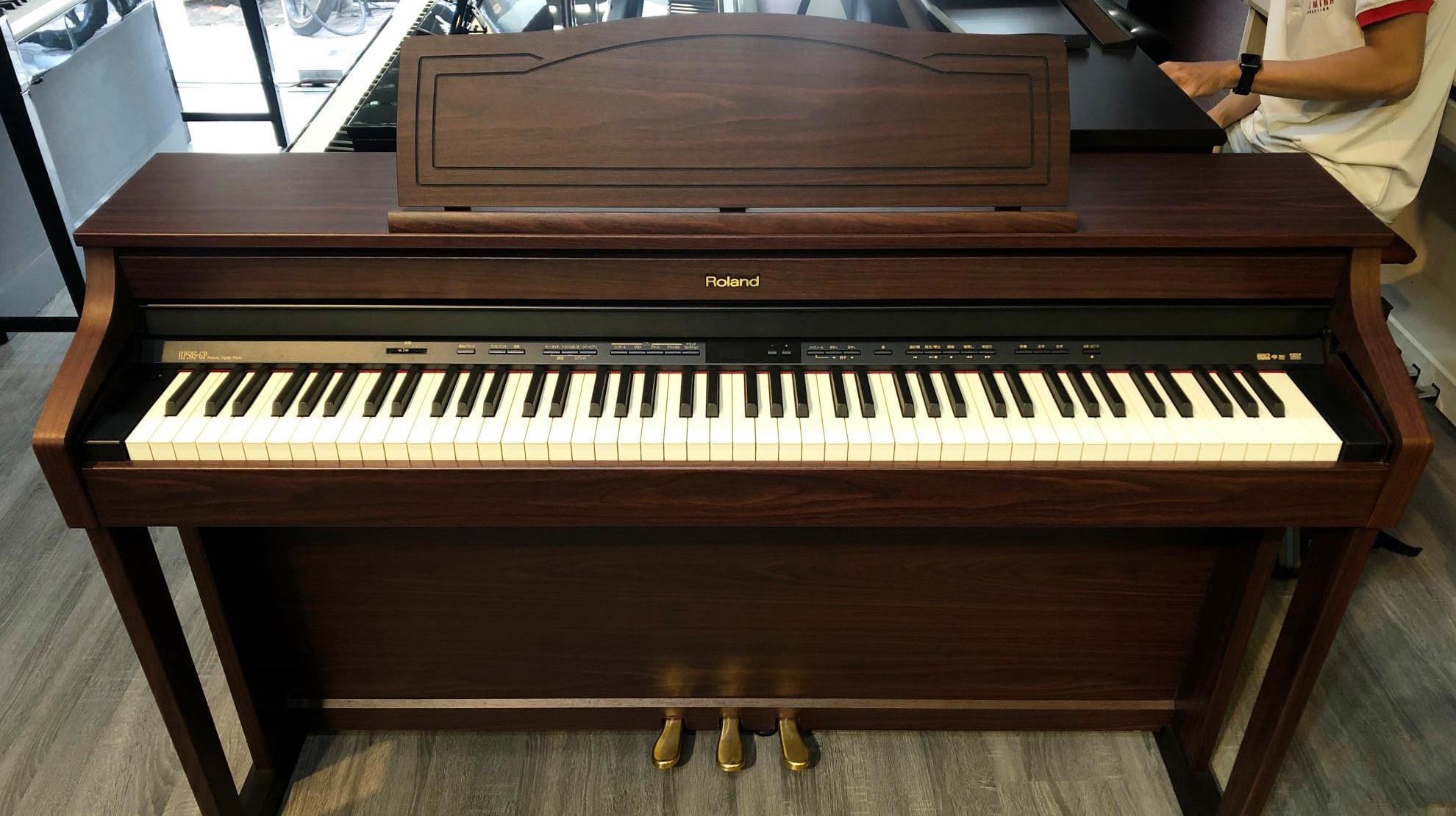 moi-hoc-nen-mua-dan-piano-dien-gia-bao-nhieu-roland-hp-305