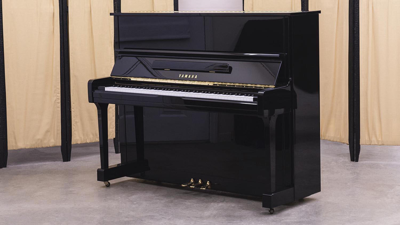 Yamaha-upright-pianofingers